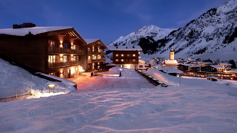 007011-01-hotel-exterior-snow-winter-night